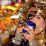 Frau auf Weihnachtsmarkt