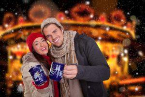 Paar auf Weihnachtsmarkt
