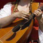 Frau speilt auf Mittelaltermarkt